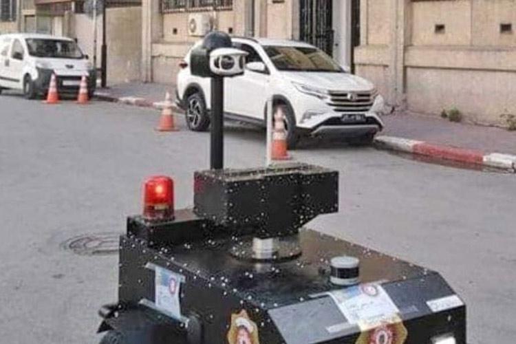 Video/ Koronavirus, Tunizia përdor robotët për të kontrolluar lëvizjen e njerëzve në rrugë